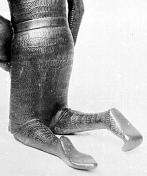Воина в кольчужных чулках на купели в Гильдесгейме