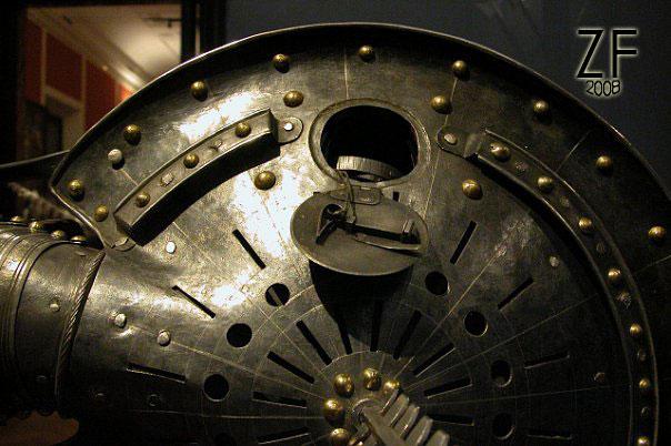 Задвижка для фонаря (нем. Laternenschild) и ловушки для клинков (нем. Klingenfänger) в виде отверстий - рондаш траншейный
