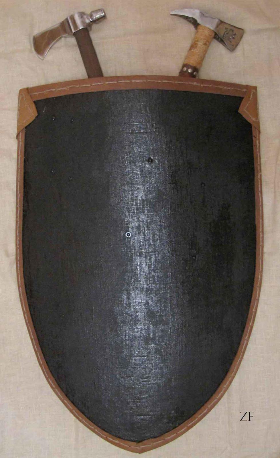 Элементы интерьера в средневековом стиле: щит и топоры