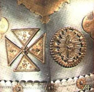 Нагрудник с латунными накладками: изображение кавалерийского креста и образа Девы Марии