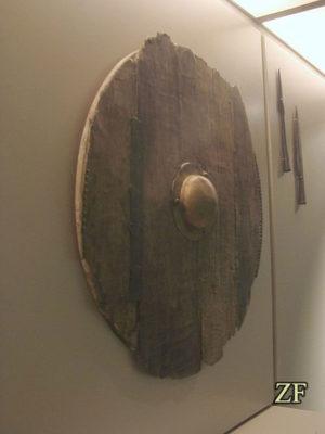 Круглому щиту викингов, древнерусскому щиту.