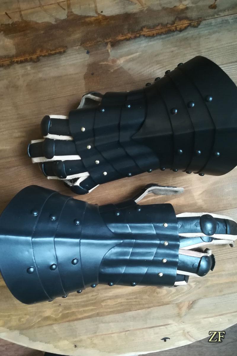 Латные перчатки рыцарского доспеха