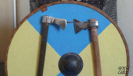Круглый щит интерьерный (щит и топоры)