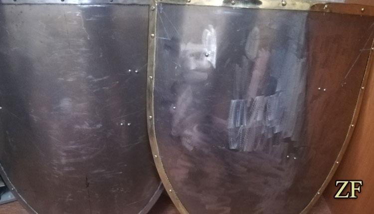 Сравнение двух рыцарских  щитов - латунная окантовка и стальная окантовка